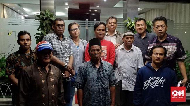 Nelayan Dadap, Waisul Kurnia, ditetapkan sebagai tersangka kasus pencemaran nama baik terhadap pengembang pulau reklamasi dan dikenakan wajib lapor.