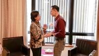 """<p>Menteri Keuangan<a href=""""https://www.insertlive.com/"""" target=""""_blank"""">Sri Mulyani</a>tampak megenakan <em>blouse</em> batik berwarna kecoklatan. Dia disambut anak sulung Ani Yudhoyono dan SBY, Agus Harimurti Yudhoyono (AHY), yang kebagian jadwal menjaga sang ibu. (Foto: Abror Rizki)</p>"""