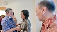<p>SBY juga hadir menjumpai Sri Mulyani yang pernah menjadi menteri keuangan di era kepemimpinannya. Menguatkan SBY, nampak Sri menepuk tangan SBY kuat-kuat. (Foto: Abror Rizki)</p>