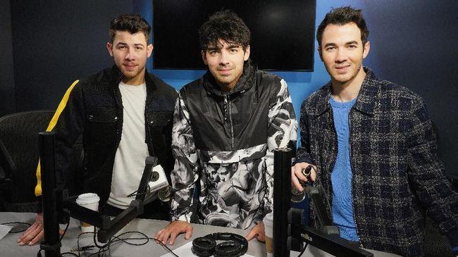 Jonas Brothers mengundang komentar kaget dari Kim dan Khloe Kardashian setelah memparodikan pertengkaran dari salah satu adegan Keeping Up with the Kardashians.