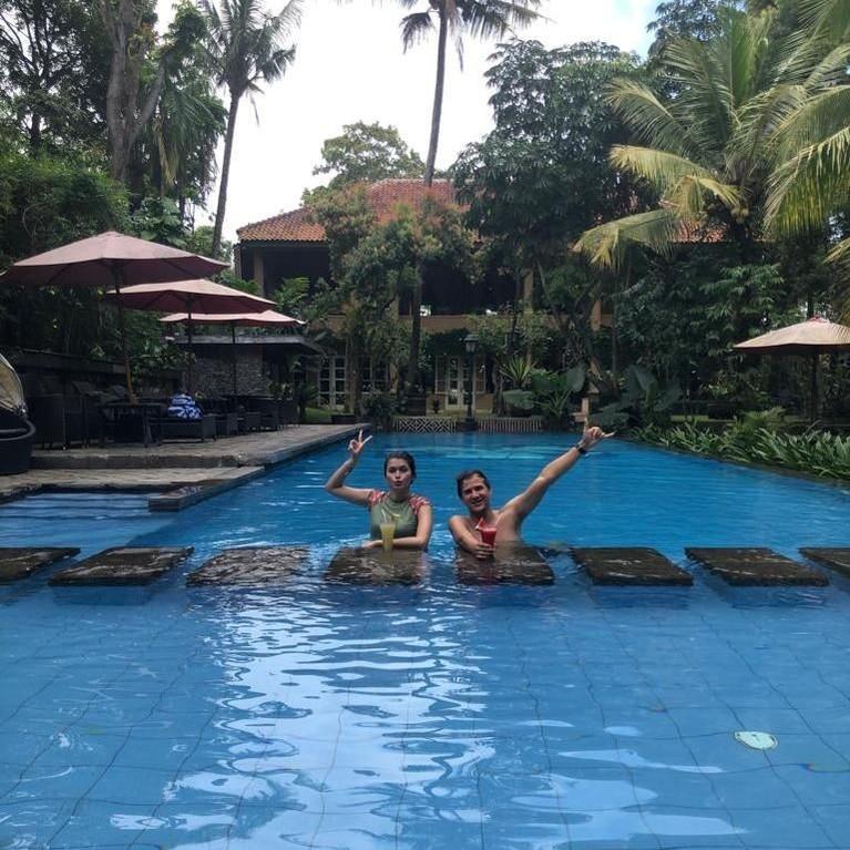 Agatha Valarie dan Stuart Collin mencoba untuk berenang ke resort sambil minum cantik.