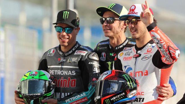 Pembalap Petronas Yamaha Valentino Rossi menghibur diri dengan melihat dua jebolan Akademi VR46 naik podium.