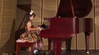<p>Beginilah aksi salah satu murid di Canzona Music School dalam konser Mozart yang me-remix dengan lagu Indonesia. (Foto: Instagram/ @canzonamusicschool)</p>
