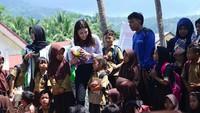 """<p>Bagi Frederika, salah satu momen yang menyentuh hati ketika anak 7 tahun bilang enggak bisa tidur karena khawatir tsunami datang lagi saat dia tidur dan tak sadar. """"Saya hanya bisa membayangkan trauma yang dialami anak-anak ini dan berharap Tuhan memberi kekuatan agar mereka bisa bangkit dari bencana ini,"""" kata Frederika. (Foto: Instagram/ @fredericacull) </p>"""