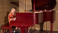 <p>Sejak bayi dan usia batita (di bawah tiga tahun) anak sudah bisa diajari main piano lho. Tuh, kecil-kecil jagoan cilik ini mahir main piano lho. (Foto: Instagram/ @canzonamusicschool)</p>