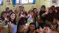 <p>Pada Januari lalu, Frederika juga mengunjungi daerah-daerah yang terkena tsunami di Lampung dan bekerja sama dengan beberapa organisasi untuk memberikan trauma healing kepada anak-anak SD. (Foto: Instagram/ @fredericacull) </p>