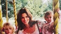 <p>Siapa yang tak kenal Cindy Crawford? Supermodel 90-an yang digandrungi generasi muda pada masanya. Kini Cindy adalah ibu dua anak yang sudah besar, Presley Gerber dan Kaia Gerber. (Foto: Instagram @cindycrawford)</p>