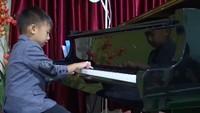 <p>Hmm, anak ini sudah seperti pianis profesional ya, Bun. Keren! (Foto: Instagram/ @canzonamusicschool)</p>