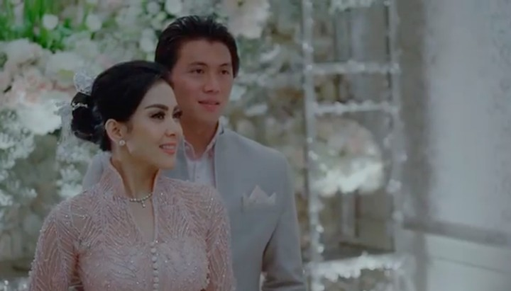 Berstatus pengantin baru, wajar saja kalau Syahrini dan Reino Barack saling berbalas kata cinta. Intip deh momen romantis mereka.