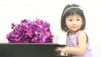 <p>Semoga kelak kamu bisa jadi pianis profesional ya, Nak! (Foto: Instagram/ @canzonamusicschool)</p>