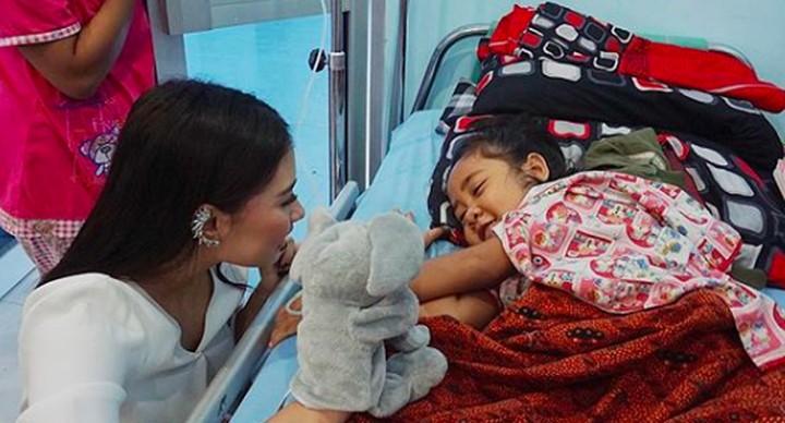 Frederika Alexis Cull yang berhasil menyabet gelar Putri Indonesia 2019 merupakan sosok yang dekat dengan anak-anak dan keibuan lho, Bun.