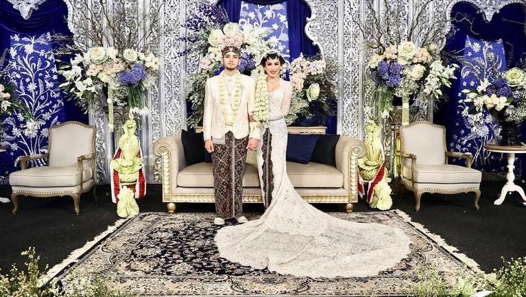Bambang Aditya Trihatmanto resmi mempersunting Kezia Toemion pada Jumat, 8 Maret 2019. Pernikahan dua insan ini sangat kental dengan adat Jawa.