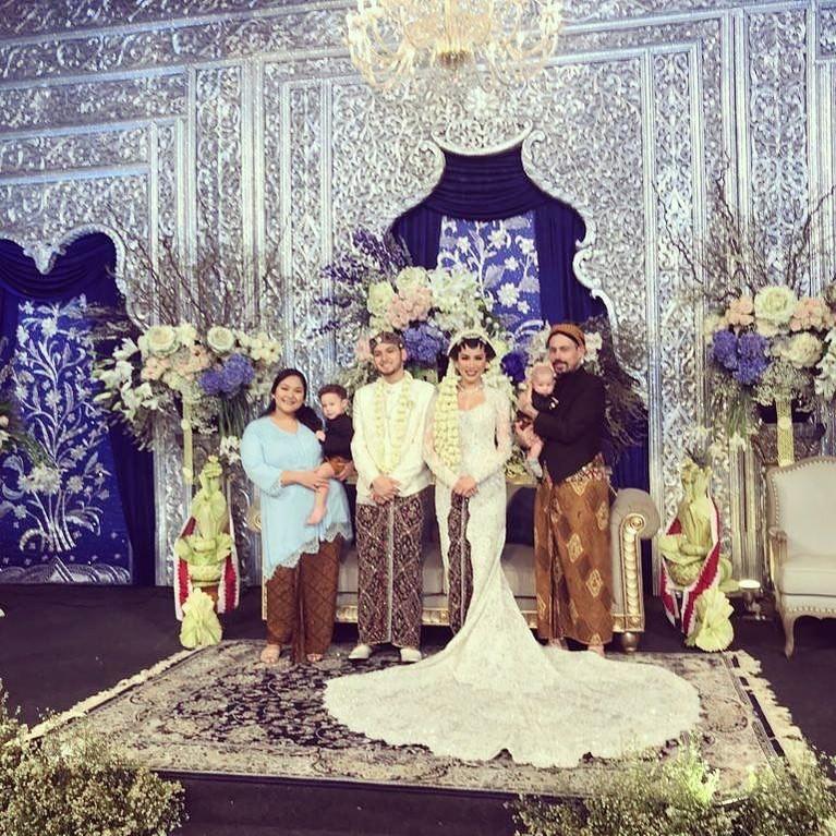 Sayang, dari foto-foto yang dibagikan mempelai dan kerabat, belum terlihat sosok Bambang Trihadmojo dan Mayangsari.