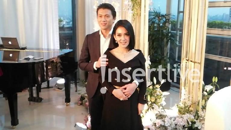 Mengenakan pakaian bernuansa hitam, keduanya tampak serasi bak raja dan ratu yang baru saja menikah.