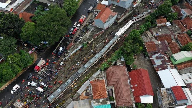 Pihak berwenang hingga berita ini diturunkan belum dapat memastikan penyebab KRL anjlok di jalur perlintasan kawasan Kebon Pedes, Bogor.