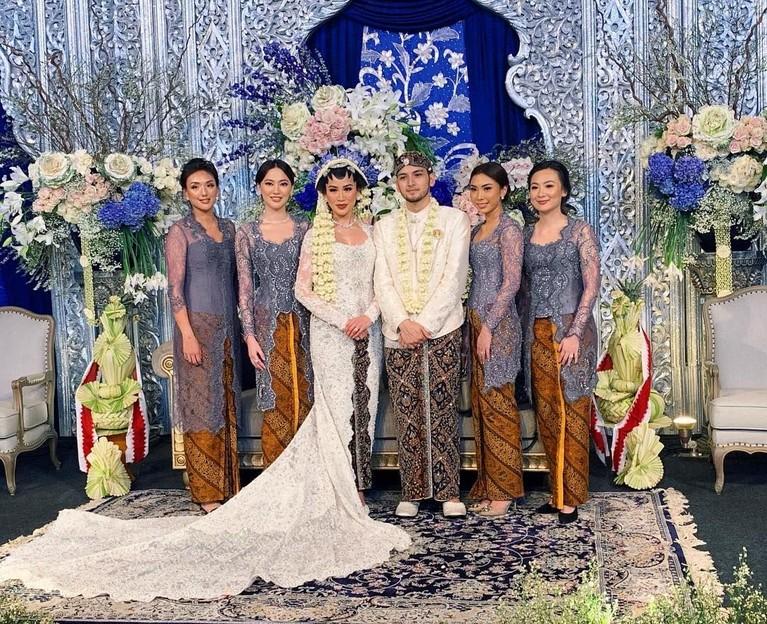 Sementara untuk pengiring pengantin alias bridemaids kompak mengenakan kebaya abu-abu dengan kain batik coklat.