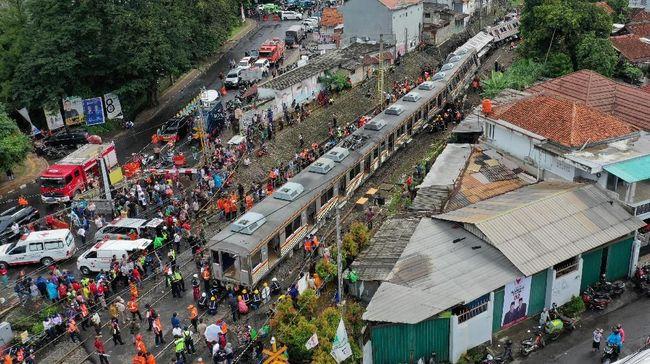Jalur Bogor yang sempat lumpuh sejak kemarin siang akibat KRL terguling kini sudah bisa dilalui kereta.