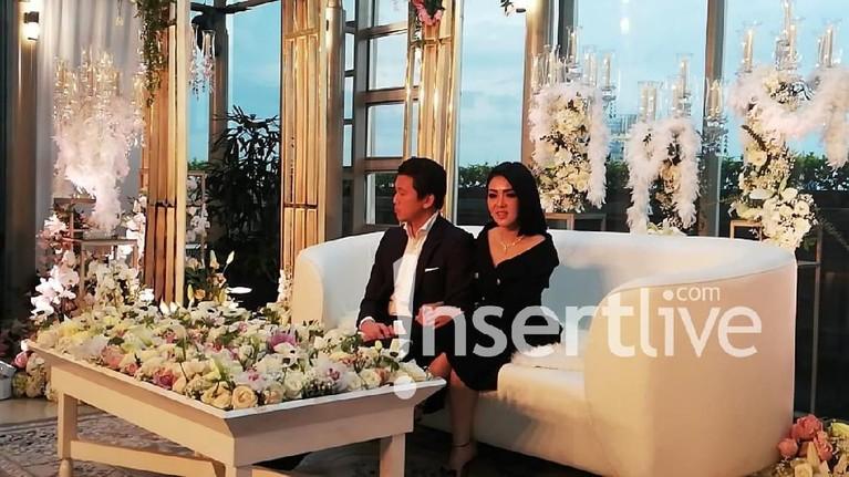 Ini merupakan kali pertama Syahrini dan Reino tampil bersama di hadapan awak media.