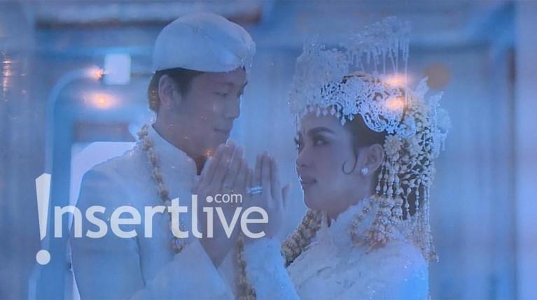 Sambil bertatap mesra, Syahrini dan Reino memperlihatkan cincin pernikahannya.