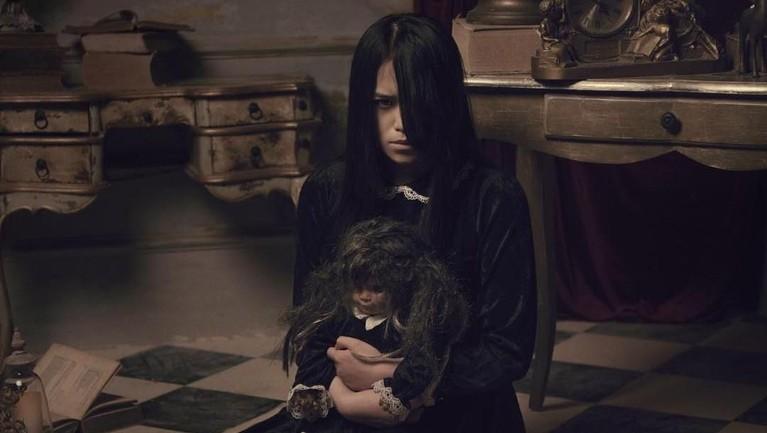 Akan mengisahkan awal pertemuan Riana dan Riani, boneka yang selalu dibawanya kemana-mana.