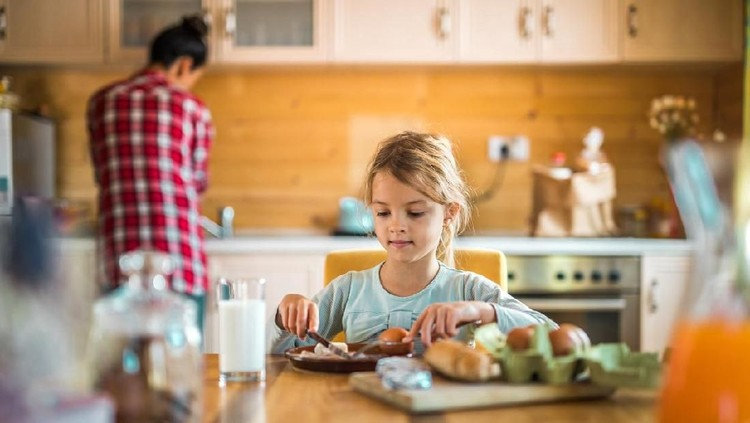 Jika Bunda tak punya banyak waktu membuat sarapan untuk anak, coba deh 5 ide sarapan mudah berikut dan si kecil bisa buat sendiri.