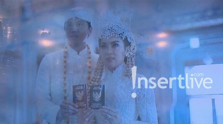Usai prosesi tersebut, pasangan yang melakukan ta'aruf ini memamerkan buku nikahnya.