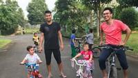 <p>Di sela-sela kesibukannya mengikuti turnamen bulutangkis, Mohammad Ahsan masih menyempatkan bermain bersama anak. (Foto: Instagram @king.chayra)</p>