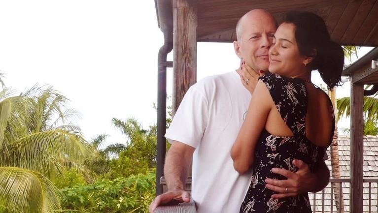 Usai bercerai dengan Demi Moore, Bruce Willis mantap menikahi Emma Heming yang memiliki perbedaan usia 23 tahun. Terpaut cukup jauh, nyatanya Bruce dan Emma bisa hidup bahagia dengan dua orang anaknya.