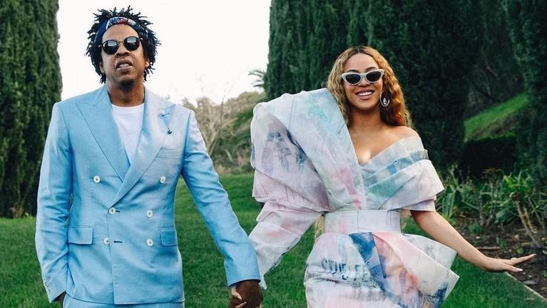 Lebih dari 10 tahun menikah, Beyonce dan Jay Z membuktikan jika perbedaan usia yang jauh tidak menyulutkan api cinta keduanya. Pasangan itu terpaut usia 12 tahun.