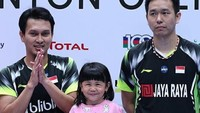 <p>Ketika menjuarai Singapore Open 2018, Mohammad Ahsan turut membawa sang putri, Chayra Maritza Ahsan, ke atas podium. (Foto: Instagram @king.chayra)</p>