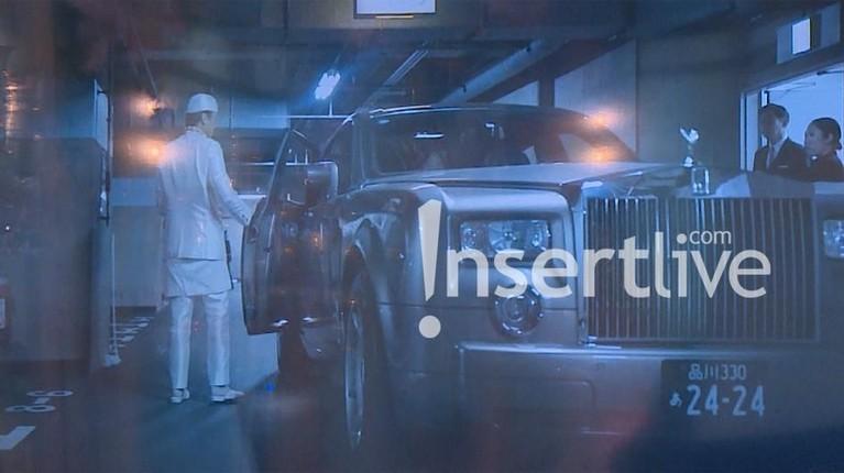 Syahrini dan Reino Barack tiba di Masjid Camii, Tokyo, Jepang, dengan diantar oleh sebuah mobil mewah.