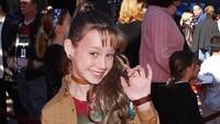 <p>Bergaya dulu ah di depan kamera. Nah, beginilah salah satu pose Brie di red carpet saat menjadi aktris cilik. (Foto: Instagram @brielarson)</p>