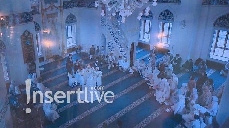 Syahrini dan Reino telah berada di dalam Masjid Camii. Pernikahan yang digelar secara tertutup itu dihadiri oleh keluarga hingga rekan-rekan terdekat.