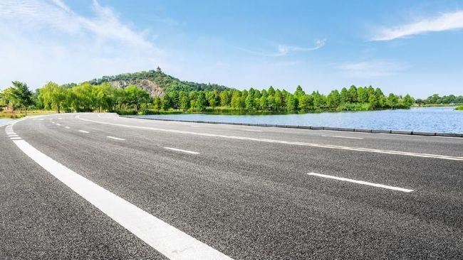 Banyak pengemudi dan pengendara yang meremehkan arti garis putih di tikungan hingga menjadi penyebab kecelakaan.