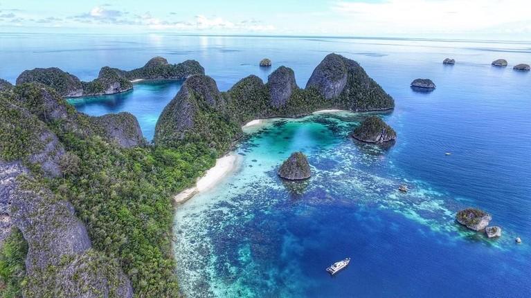 Kepulauan Raja Ampat masuk dalam daftar destinasi wisata favorit yang wajib dikunjungi oleh banyak artis Indonesia. Lokasinya yang berada di ujung timur Indonesia ini menyajikan hamparan laut biru serta gugusan batu karang yang indah.