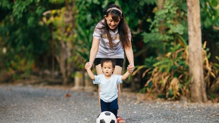 Bunda pasti menginginkan si kecil tumbuh menjadi anak yang sehat. Bunda harus mengajak si kecil menerapkan pola hidup sehat sejak dini.