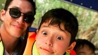 <p>Pasang ekspresi <em>duck face</em> saja, wajah ayah dan anak ini masih ganteng maksimal ya, Bun. (Foto: Instagram: @mike_lewis)</p>