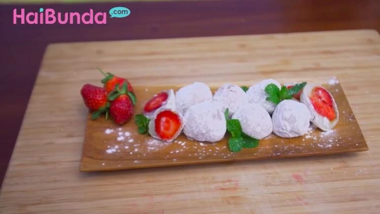 Mochi yang satu ini enggak cuma berisi kacang, Bun, tapi juga buah strawberry yang manis segar di mulut. Enak!