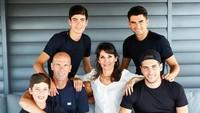 "<p><a href=""https://sport.detik.com/sepakbola/liga-spanyol/d-4463090/resmi-zidane-balik-ke-real-madrid"" target=""_blank"">Zinedine Zidane</a>, pemain sepak bola keturunan Aljazair ini menikah dengan Veronique pada 1994. Mereka dikaruniai 4 anak kali-laki bernama Enzo Fernández Zidane, Luca Zidane, Théo Zidane, dan Elyaz Zidane Fernández. (Foto: Instagram @enzo)</p>"