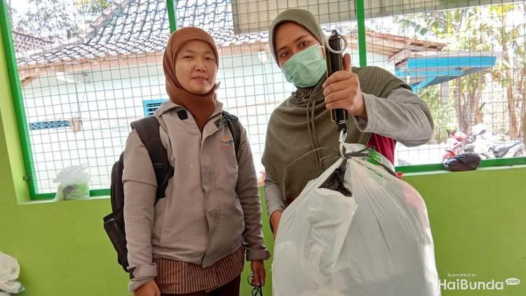 Sampah plastik kini tak lagi meresahkan bagi para bunda di Desa Sendangsari. Mereka olah dan berbuah rupiah.