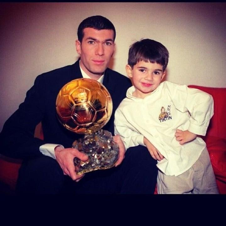 Resmi melatih Real Madrid, Zinedine Zidane ternyata sosok ayah yang dekat dengan keempat anaknya di luar lapangan.