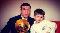 <p>Throwback saat Zidane dan putra pertama, Enzo, berpose dengan Golden Ball, setelah dirinya dinobatkan sebagai pemain terbaik Piala Dunia 2006. (Foto: Instagram @enzo)</p>