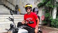 <p>Ayah dan anak selalu punya cara menyenangkan menghabiskan waktu berdua. Kali ini Papa Mike mengajak Kenzou naik motor bareng. (Foto: Instagram: @mike_lewis)</p>