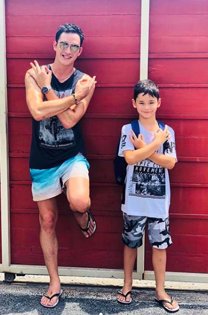 Menjadi ayah di usia muda, membuat Mike Lewis justru sangat dekat dengan anak semata wayangnya, Kenzou Lion Bleszynski Lewis. Lihat betapa kompak merekanya.