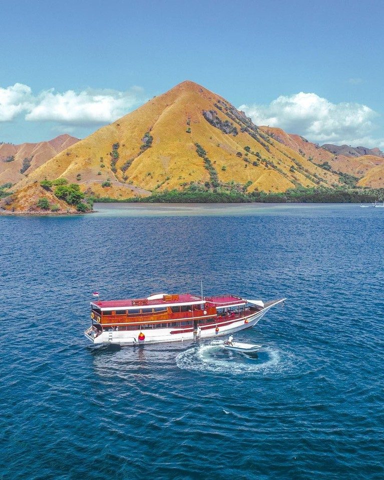 Labuan Bajo di Nusa Tenggara Timur merupakan lokasi berikutnya yang menjadi favorit untuk berlibur. Banyak artis Indonesia yang berkunjung kesini untuk menikmati pesona laut biru serta berfoto dari atas hamparan luas bukit.