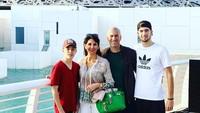 <p>Akhir tahun lalu, pria yang kini melatih klub Real Madrid itu membawa istri dan kedua anaknya berkunjung ke Abu Dhabi. (Foto: Instagram @zidane)</p>