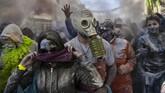 Dalam Senin Abu, peserta datang untuk saling melempar tepung kepada pengunjung lainnya.