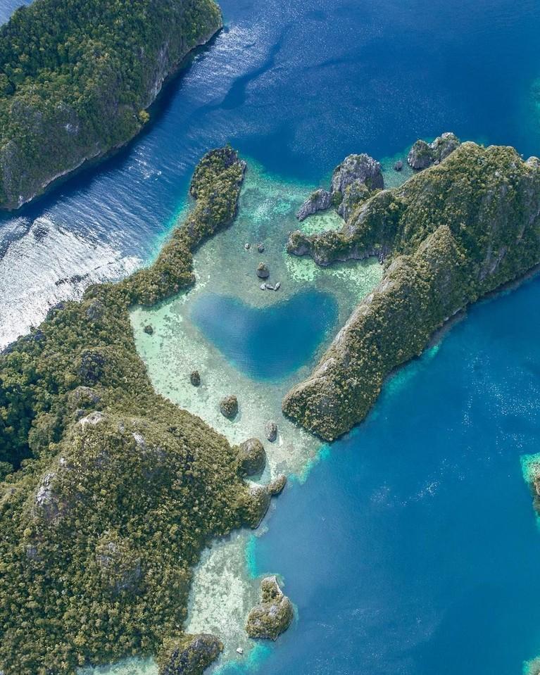 Pulau Misool merupakan salah satu dari empat pulau besar di Raja Ampat yang memiliki 75 persen jenis ikan dan karang yang ada di dunia. Lokasi karang yang berbentuk menyerupai hati menjadi lokasi favorit yang dikunjungi banyak artis Indonesia.