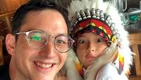 <p>Papa Mike mengajak Kenzou ke Surabaya. Wah si Kenzou pakai topi Indian yang unik banget. Jadi makin ganteng ya, Bun. (Foto: Instagram: @mike_lewis)</p>