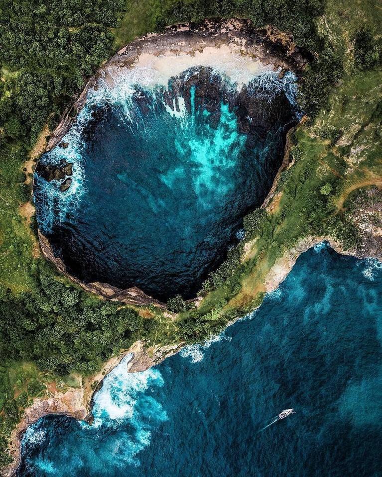 Pulau Nusa Penida yang berada di Bali juga menjadi pilihan favorit bagi artis Indonesia yang ingin berlibur. Destinasi ini menyajikan pantai yang tersembunyi dengan pemandangan laut yang biru.
